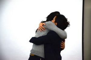 אימון אישי - חיבוק חם אלינור גורנשטיין עם המתאמנת אהובה ורד בוסקילה בסדנה משותפת